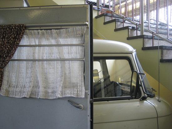 Gedenkstätte Normannenstraße (Stasi-Museum): Onopvallend busje om mensen van straat te plukken voor verhoor.