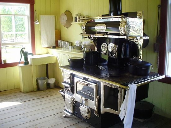 Hotel Chateau Albert: kitchen stove of historical home