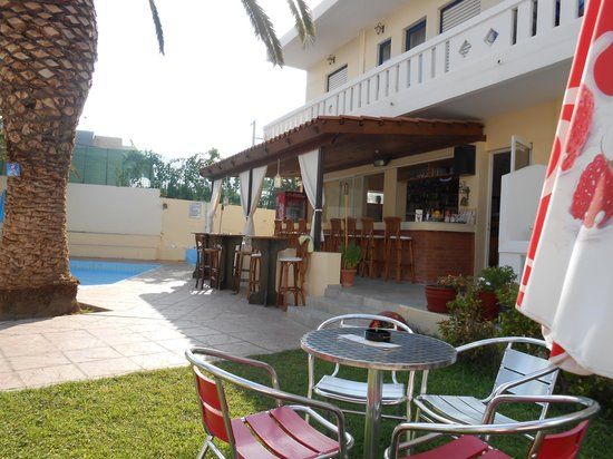Cretan Sun: pool bar area.nice as the sun cools