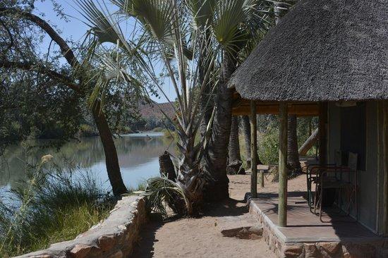 Omarunga Lodge & Campsite : Bungalow les pieds dans l'eau