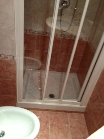 Pace Helvezia Hotel: Beskidt brusekabine og snavs på gulvet.