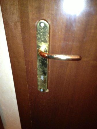 Pace Helvezia Hotel: Ødelagt håndtag til badeværelse