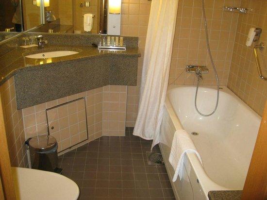 Radisson Blu Royal Viking Hotel, Stockholm: Bathroom with tub and shower