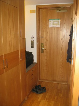 Radisson Blu Royal Viking Hotel, Stockholm: Entrance with space for suitcase and closet