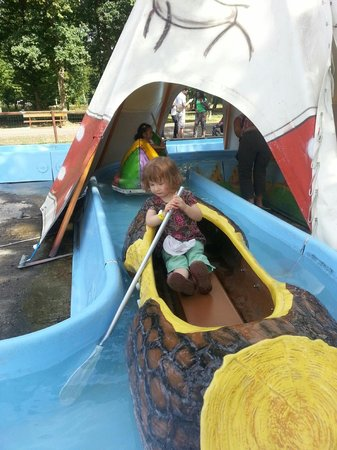 Parc Babyland : never too young to row your own canoe!