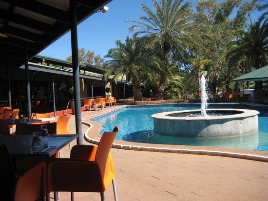 Mercure Alice Springs Resort: swimmingpool and restaurant