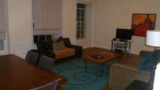 Princes Street Suites: Large living area