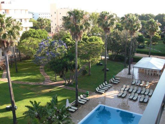 Aparthotel Tropicana Cala Millor: Blick vom Balkon in die Gartenanlage