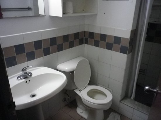 Neill-Wycik College Hotel: Washroom