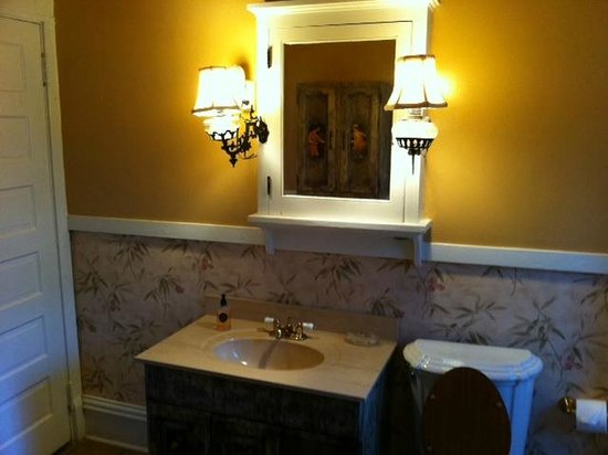 Southern Elegance Bed and Breakfast: Bathroom to Venetian