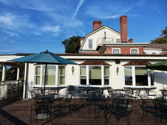 Kitty Knight House Inn & Restaurant: The deck are where we would sit and listen to the music at night or have are coffee in the morni