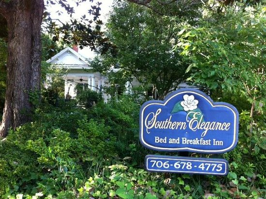 Southern Elegance Bed and Breakfast : Front of home