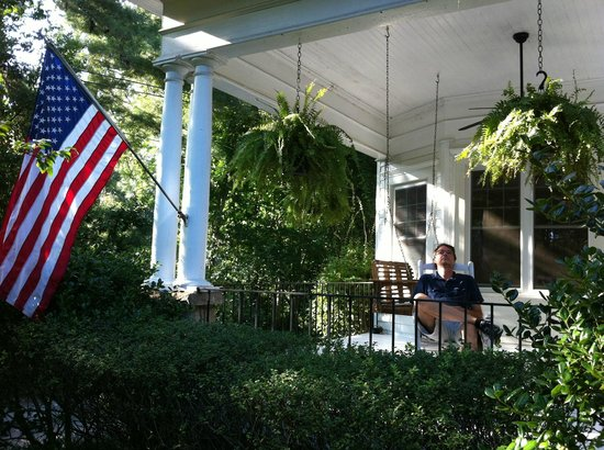 Southern Elegance Bed and Breakfast: Front porch