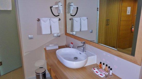 Ramada Podgorica : bathroom