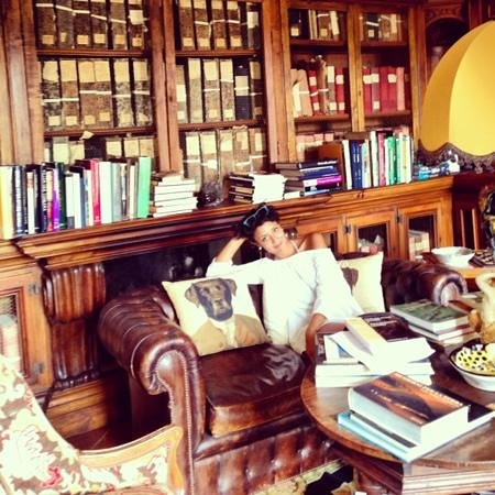 Relais La Suvera: bookcase in Papal Villa