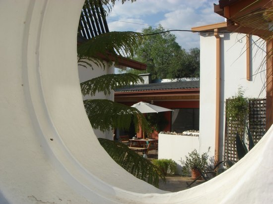 Rivendell Guest House: View through a circle along the path to the pool
