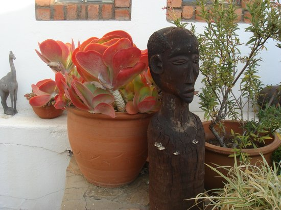 Rivendell Guest House: Lovely plants and carvings