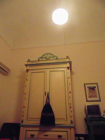 B&B Casa Cristina: Antique closet