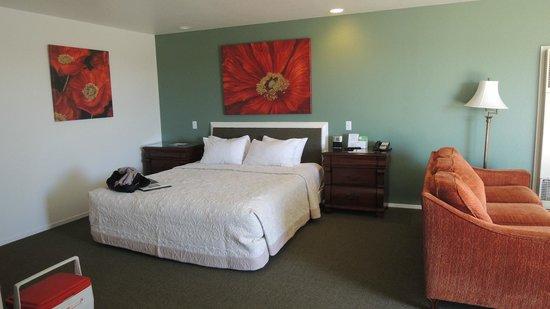 Cayucos Shoreline Inn...on the beach: Room 108 -  Very comfy bed