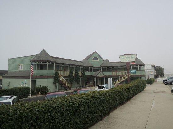 Cayucos Shoreline Inn...on the beach: Front of the Inn