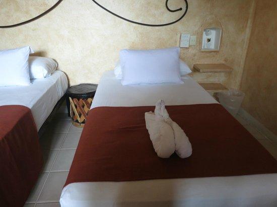 Barrio Latino Hotel: Detalhe da cama. Vários travesseiros.