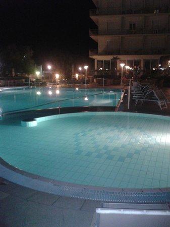 Miramare Hotel & Spa: La piscina dell'Hotel Miramare con illuminazione notturna