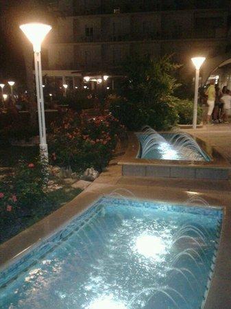 Miramare Hotel & Spa: Le fontanelle del giardino