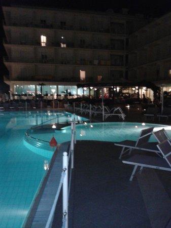 Miramare Hotel & Spa: La piscina illuminata e parte del giardino