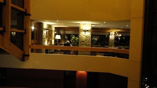 Cacique Inacayal Lake & Spa Hotel: Bar com vista para o lago