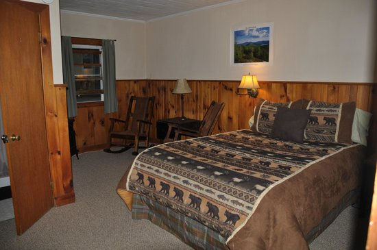 ADK Trail Inn : Main room and bed
