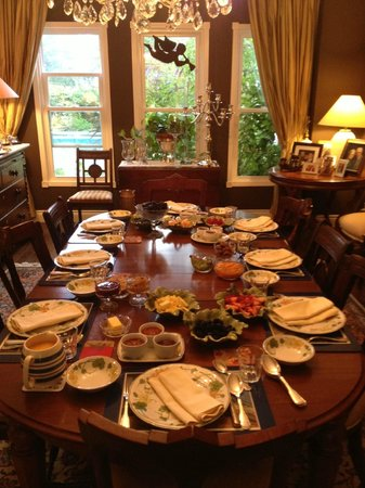 Ranger's Retreat Bed & Breakfast: Breakfast table before the cheese platter & bread basket.