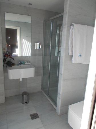 Exe Ramblas Boqueria: Bathroom with no shelf space