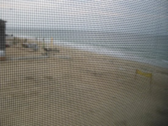 Sandcastle Beachfront Inn: Side window view - top floor streetview room