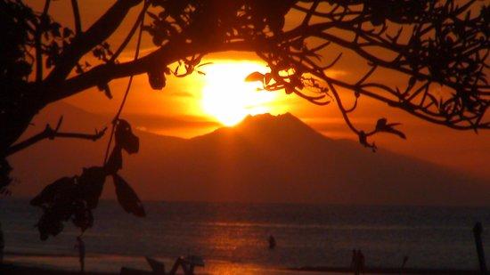 Lilin Lovina Beach Hotel: Sunset on the beach