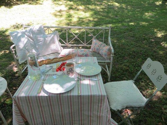 Le Moulin du Mesnil : Picnic in the garden
