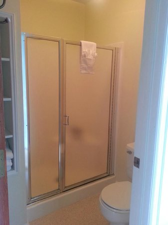 Outlook Inn on Orcas Island: Bathroom Shower and Toilet