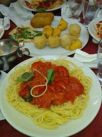 Pizzeria Luna Caprese Sas Di Luna Michelina : spaghetti pomodoro e basilico... una delizia