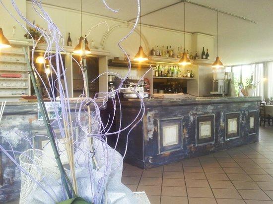 Ristorante Vecchia Osteria: l 'ingresso si presenta in stile antico con immenso banco bar per piacevoli aperitivi