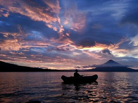 La Via Verde - Organic Farm and B&B : Kayak and volcano at sunset