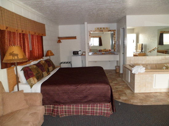 Eagle's Nest Motel: Jacuzzi suite picture