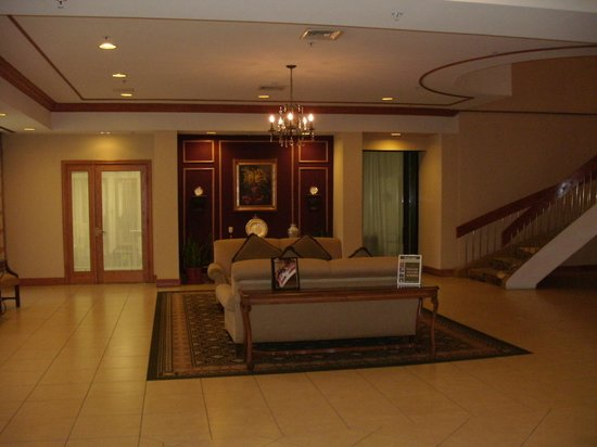 Crowne Plaza Pittsfield: Lobby Area To The Left