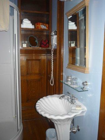 Antigonish Victorian Inn: bathroom