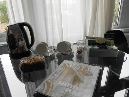 بروكس جست هاوس: Mesa bonita e bem arrumada no quarto