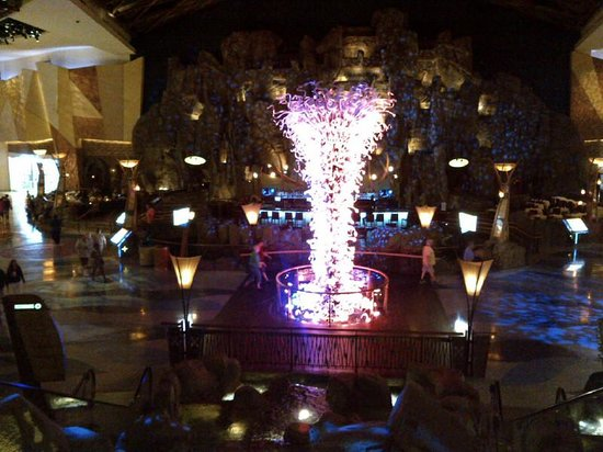 Mohegan Sun: Beautiful centrepiece fountain