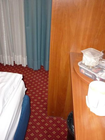 Novum Hotel Kronprinz Hamburg Hauptbahnhof: Tight space between bed and wardrobe