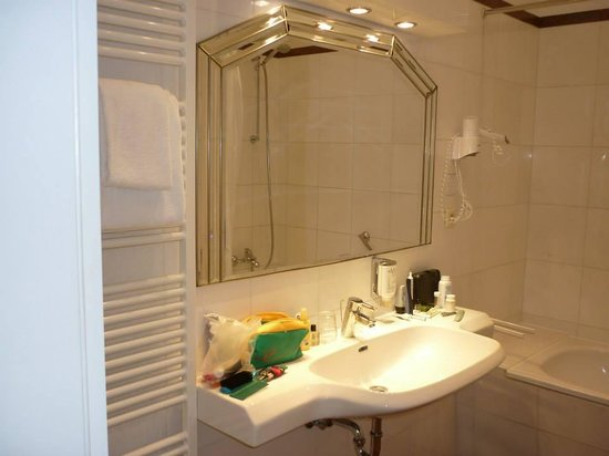 Novum Hotel Kronprinz Hamburg Hauptbahnhof: Good sized bathroom