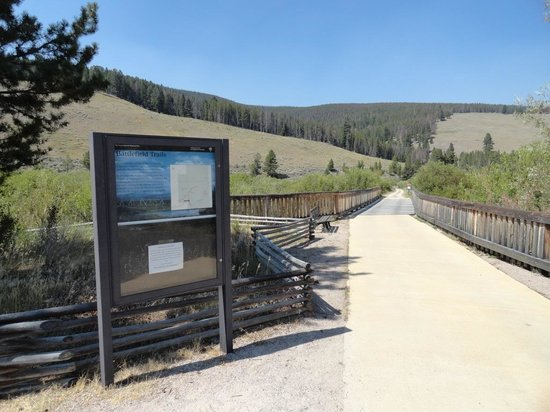 Big Hole National Battlefield: Trailhead leading to Siege Area Trail