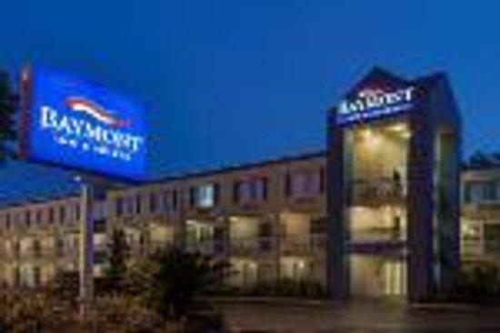 Baymont Inn & Suites Gainesville: Exterior Night