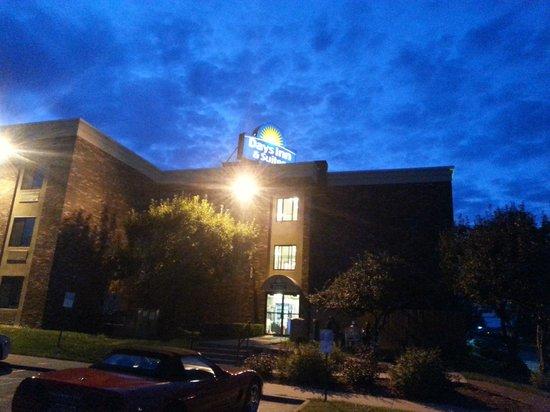 Days Inn & Suites Plattsburgh: Enseigne extérieure