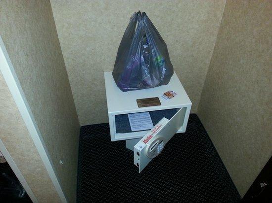 Days Inn & Suites Plattsburgh : coffre-fort gratuit pouvant loger un laptop